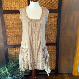 Pretty Angle med tan lace light weight flowing top